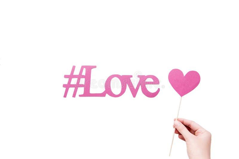 Rosa färgförälskelsehashtag med hjärta undertecknar in handen royaltyfri foto