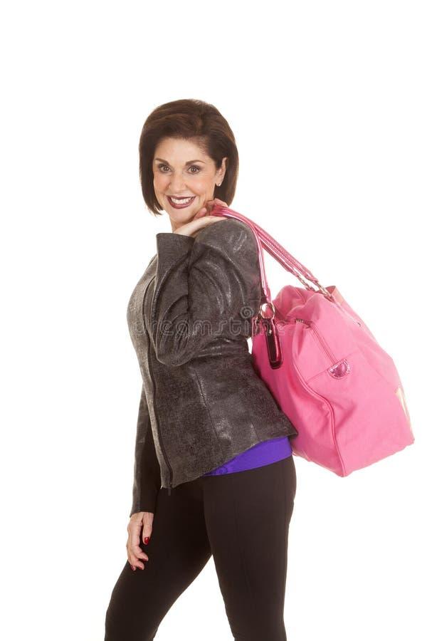 Rosa färgpåse för äldre kvinna över skuldra arkivfoto