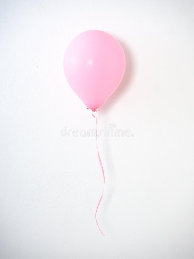 Rosa färgpastell för ballong på grå färger arkivbilder