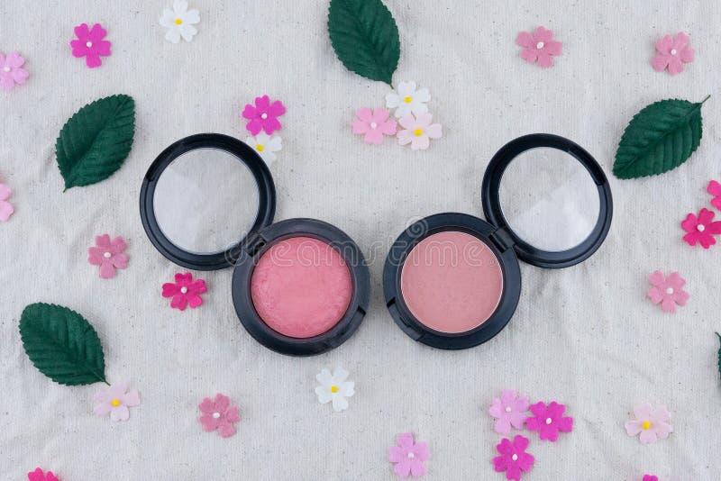 Rosa färgrodnaden dekorerar med pappers- blommor för rosa färgsignalen arkivbild
