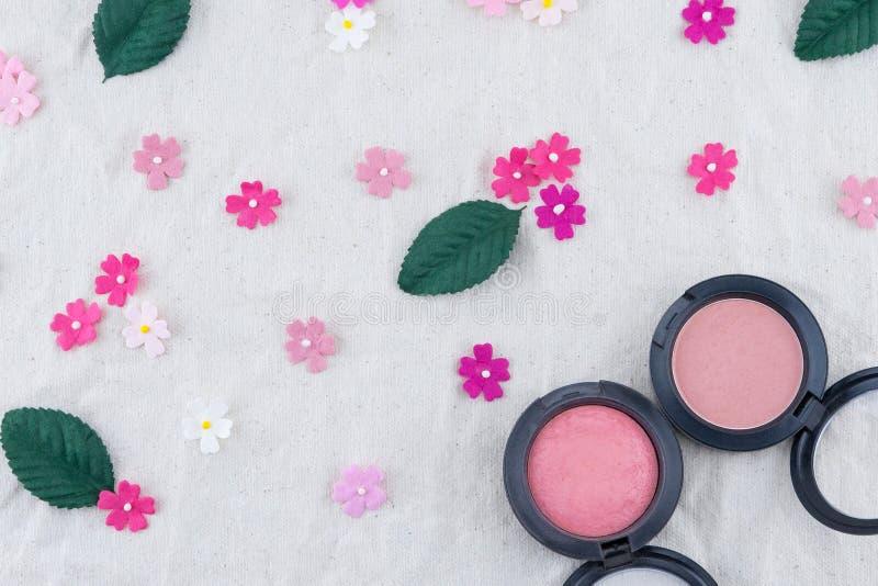 Rosa färgrodnaden dekorerar med pappers- blommor för rosa färgsignalen arkivfoto