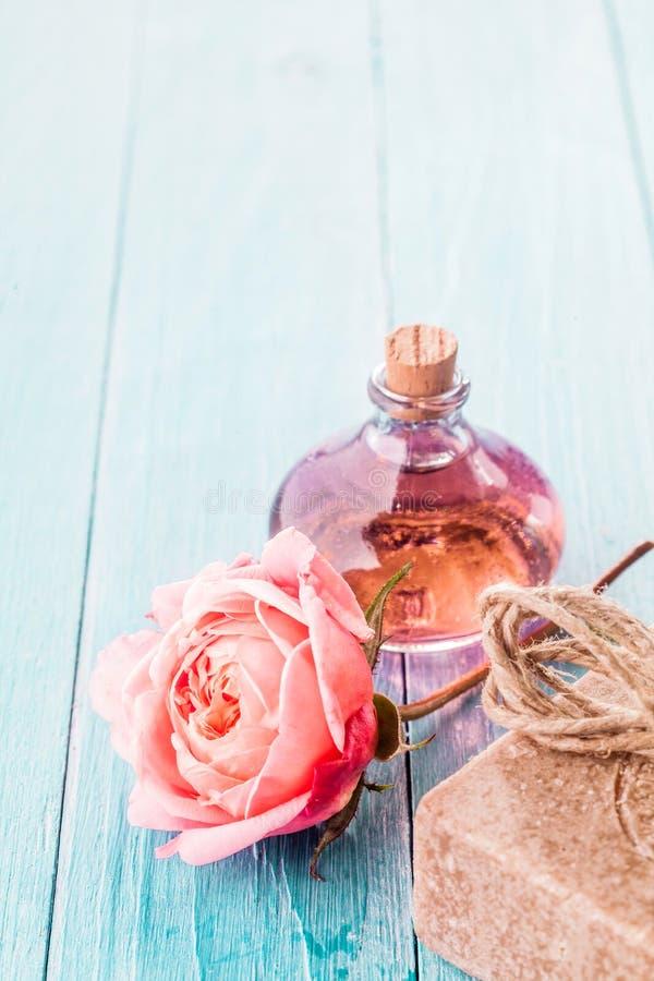 Rosa färgros, handgjord tvål och aromatisk olja royaltyfri bild