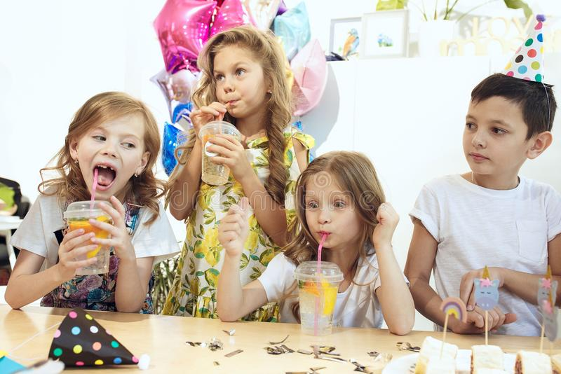 Rosa färgtabellinställning från ovannämnt med muffin, drinkar och partigrejer bordlägga inställningen med kakor, drinkar och part arkivbilder