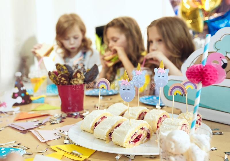 Rosa färgtabellinställning från ovannämnt med muffin, drinkar och partigrejer bordlägga inställningen med kakor, drinkar och part royaltyfri foto