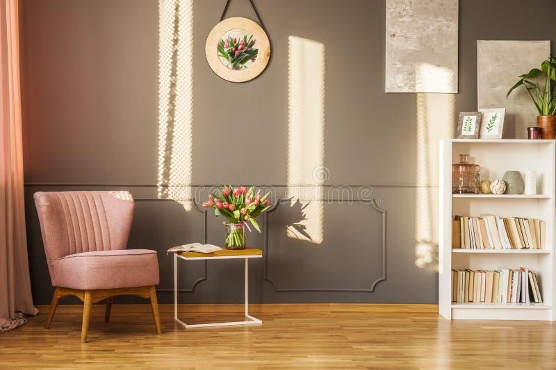 Rosa fåtölj i vardagsrum royaltyfri fotografi
