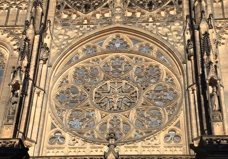 Rosa fönster i historisk St Vitus Cathedral, Prague arkivfoto
