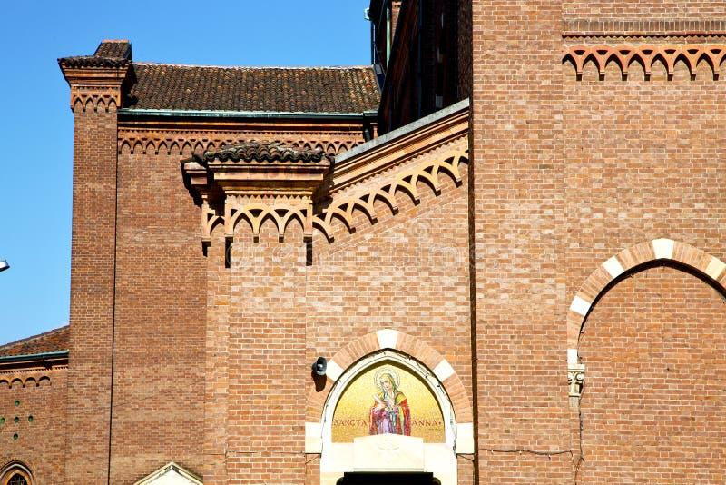 rosa fönster Italien lombardy i den gamla churen för castellanza arkivfoto