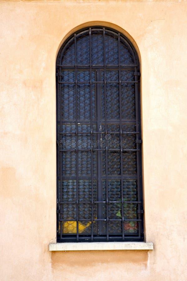 rosa fönster Italien lombardy i den gamla tegelplattan för jerago arkivbilder