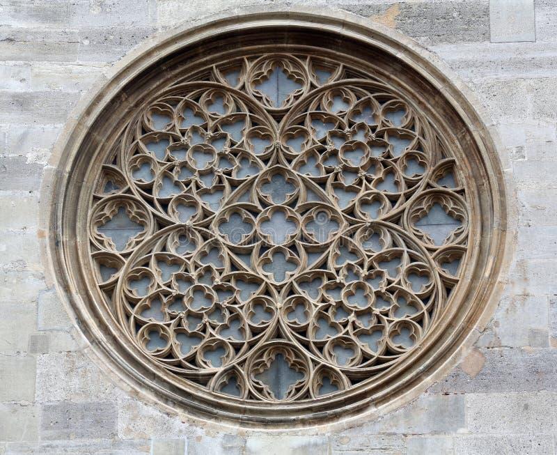 Rosa fönster på domkyrka för St Stephen's i Wien arkivfoto