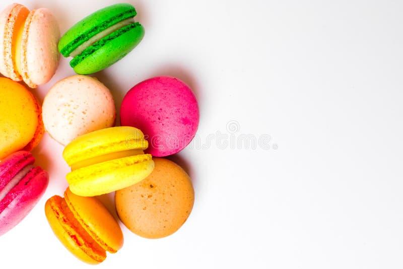 Rosa för söt mandel färgrik, orange, gul, grön brun macaron eller makronefterrättkaka som isoleras på vit bakgrund fransman arkivbilder