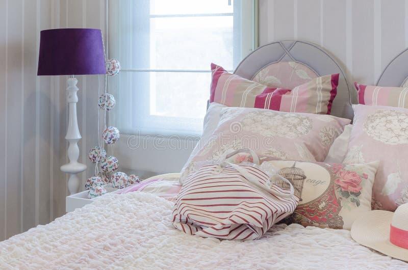 Rosa Farbschemaluxusschlafzimmer mit Lampe lizenzfreies stockfoto