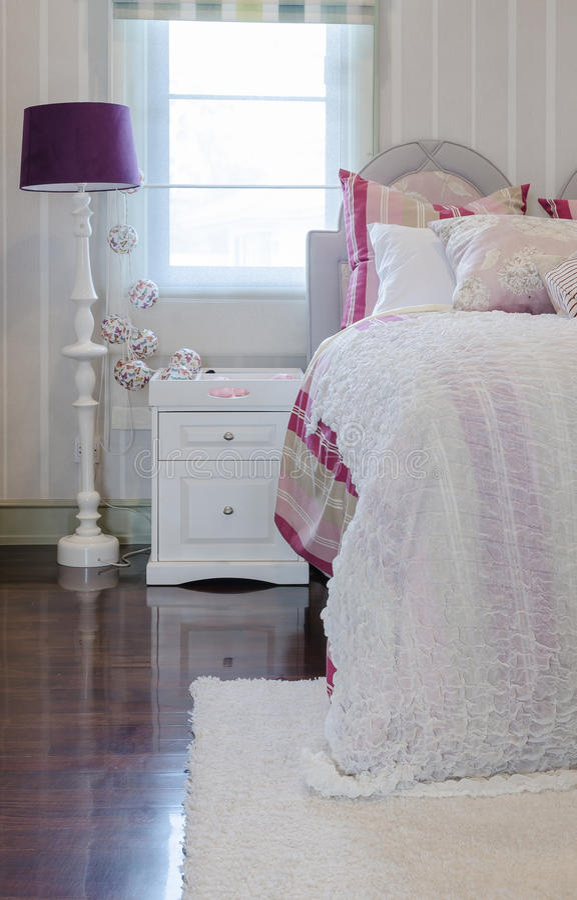 Rosa Farbschemaluxusschlafzimmer mit weißer Tabelle und Lampe lizenzfreie stockfotografie