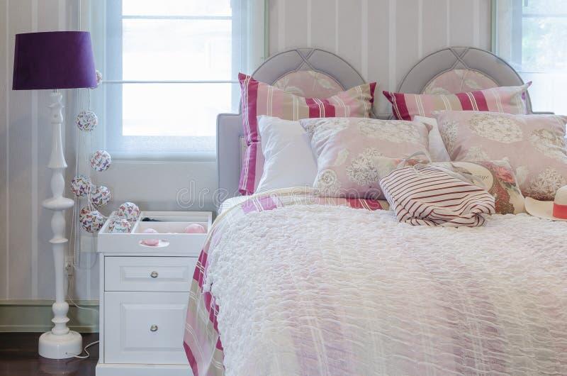 Rosa Farbschemaluxusschlafzimmer mit weißer Tabelle und Lampe stockbilder
