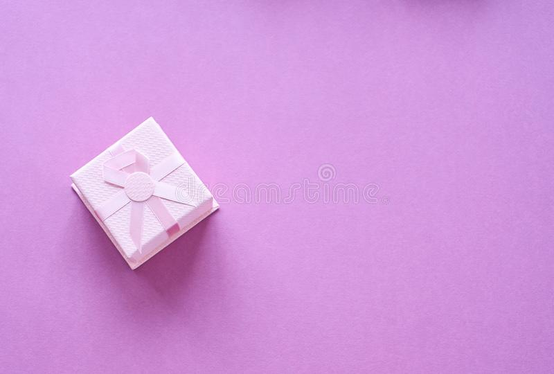 Rosa gåva med det rosa bandet arkivbild