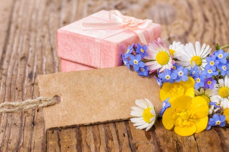 Rosa gåvaask med blommor och kortet fotografering för bildbyråer