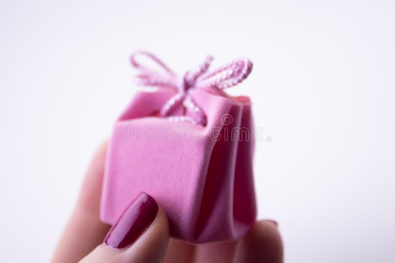 Rosa g?vaask med bandet f?r garneringar i hand Festlig g?va till en flicka eller en kvinna arkivfoton