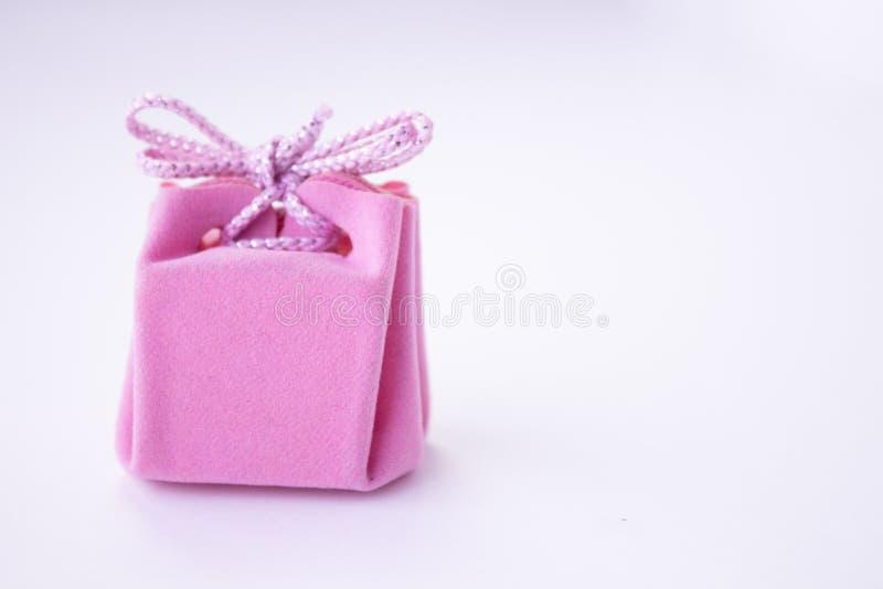 Rosa g?vaask med bandet f?r smycken Valentindag, kvinnors dag, moderdag, f?delsedag, br?llop, jul Utrymme f?r text arkivfoto