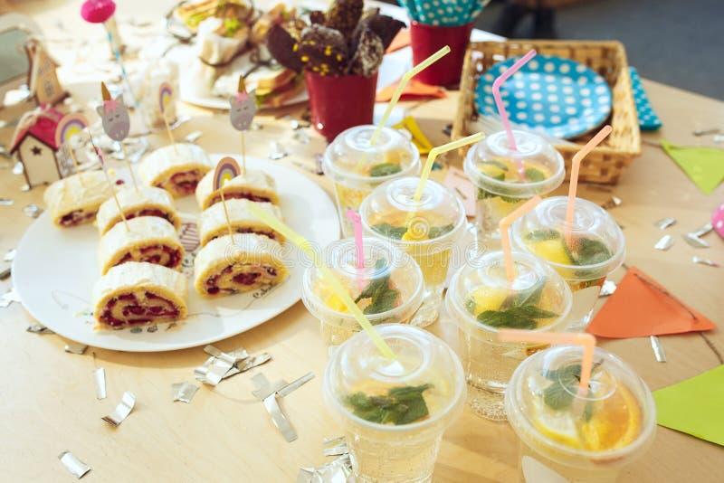 Rosa Gedeck von oben genanntem mit Muffins, Getränken und Parteigeräten Gedeck von oben genanntem mit Kuchen, Getränken und Parte stockbild