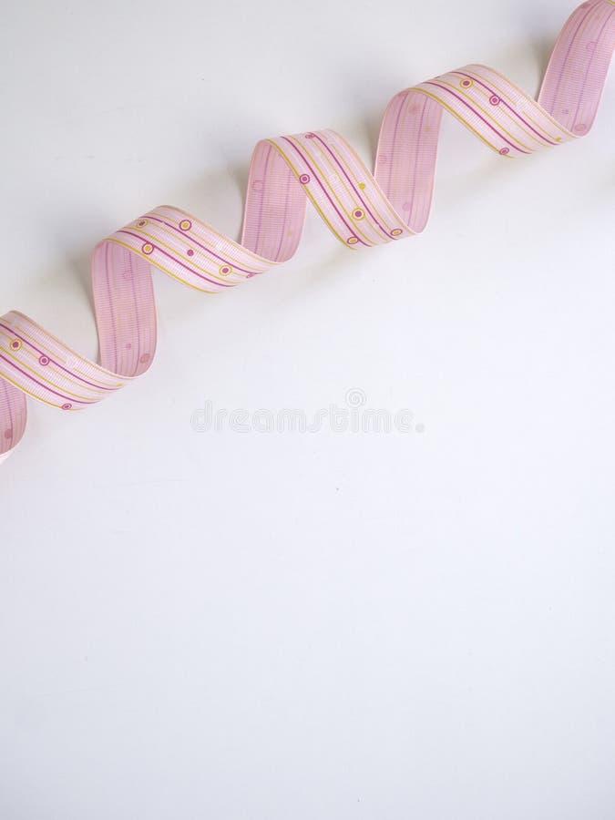 Rosa gelocktes Band auf einem weißen lizenzfreies stockfoto
