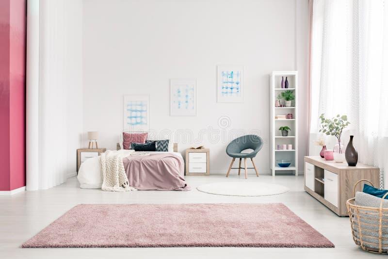 Rosa geräumiger Schlafzimmerinnenraum stockbilder