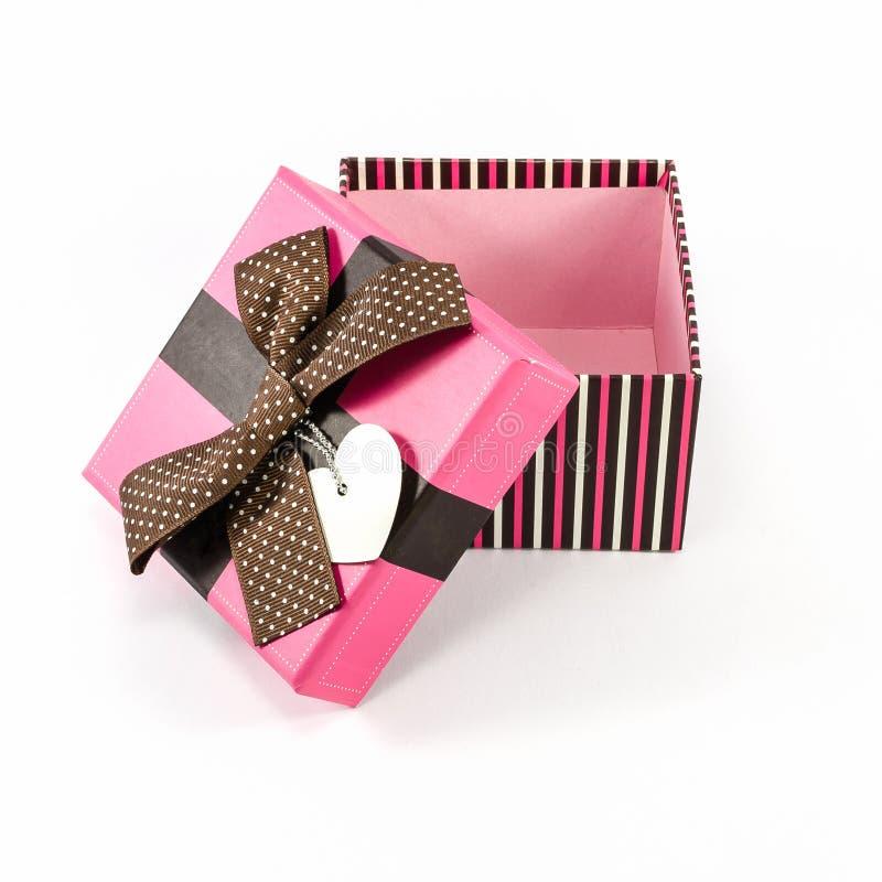 Rosa Geschenkbox geöffnet auf Weiß stockfotografie