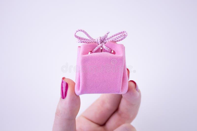Rosa Geschenkbox mit Band f?r Dekorationen in der Hand Festliches Geschenk zu einem M?dchen oder zu einer Frau lizenzfreies stockbild