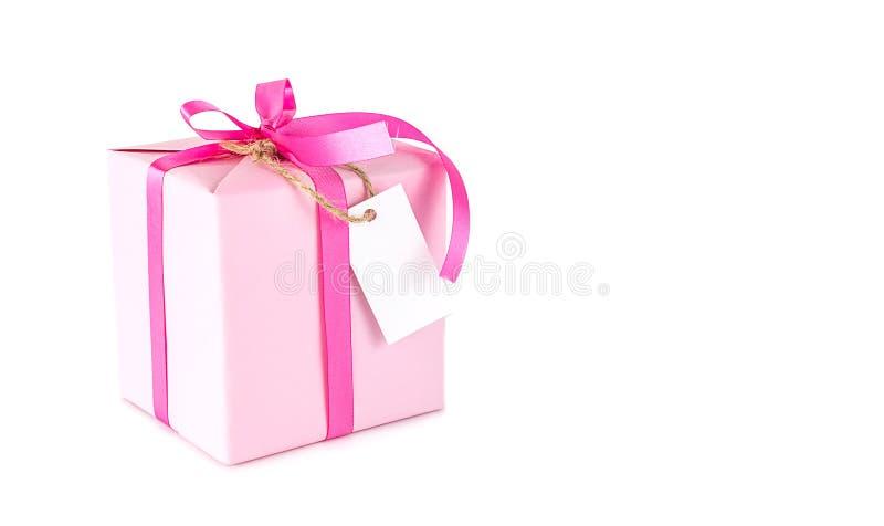Rosa Geschenkbox mit leerem Tag auf Weiß stockfoto