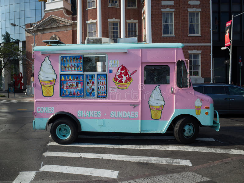 Rosa glassskåpbil på en gata i New York City arkivfoto