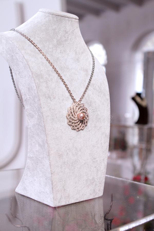 Rosa Goldperle auf Diamantkollier lizenzfreie stockfotos