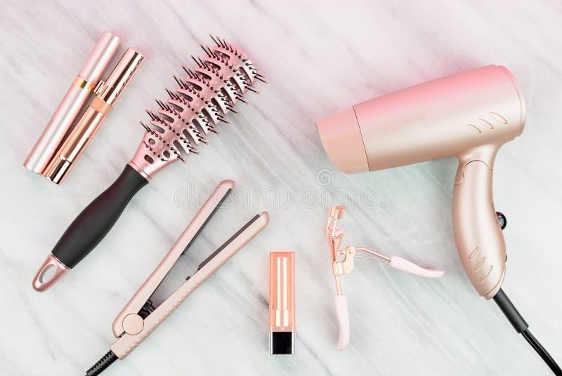 Rosa guld- håromsorg och skönhetsprodukter arkivfoton