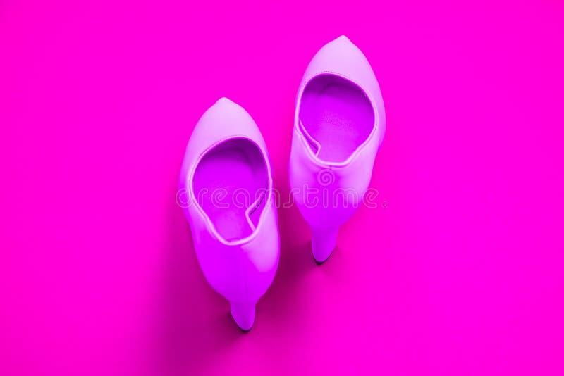 Rosa höga heeled skor på rosa purpurfärgad bakgrund - bästa sikt - häl som pekar upp royaltyfria bilder