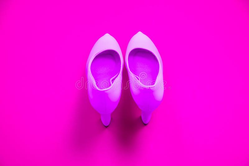 Rosa höga heeled skor på rosa purpurfärgad bakgrund - bästa sikt - häl som pekar upp arkivbild