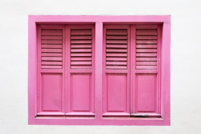 Rosa hölzernes Fenster ist klassische Weinleseart auf Weißzementwand lizenzfreies stockfoto