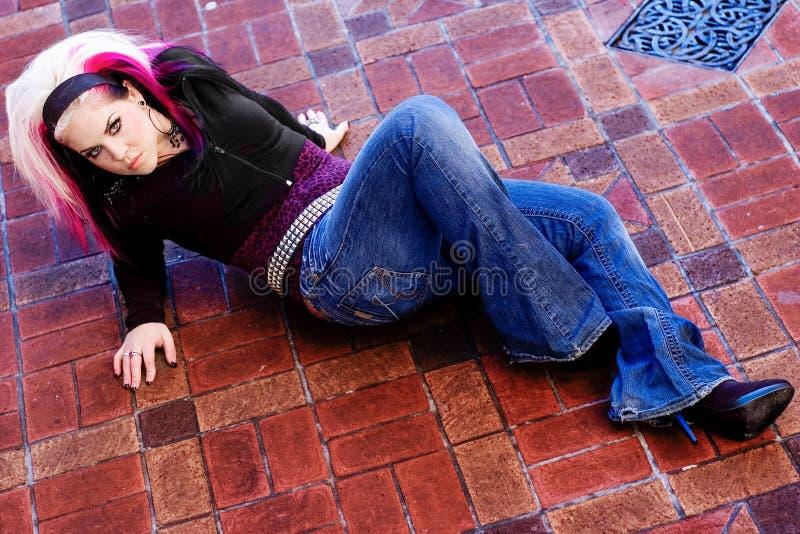Rosa h?r f?r punkrockflickakvinna royaltyfria foton