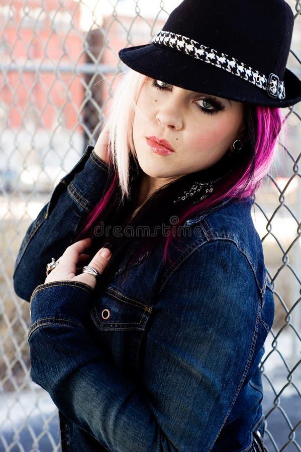 Rosa h?r f?r punkrockflickakvinna royaltyfri foto