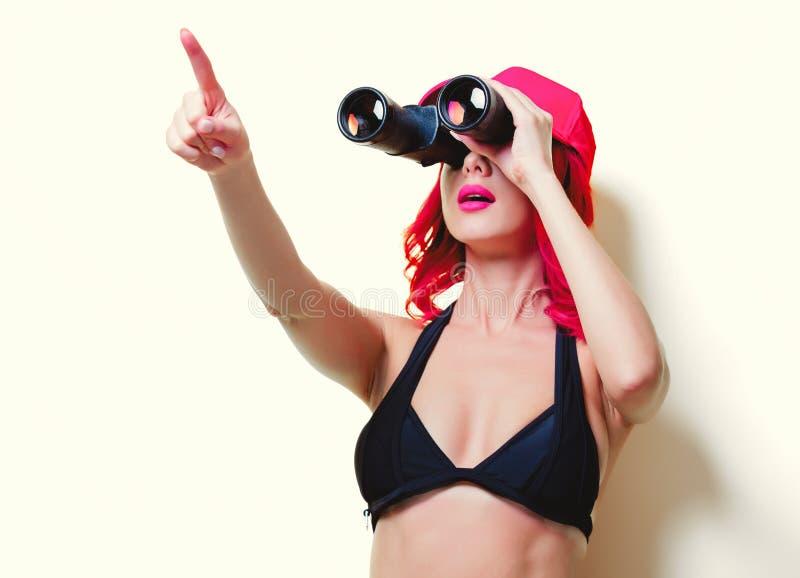 Rosa Haarmädchen im Bikini mit Kappe und Ferngläsern lizenzfreie stockbilder