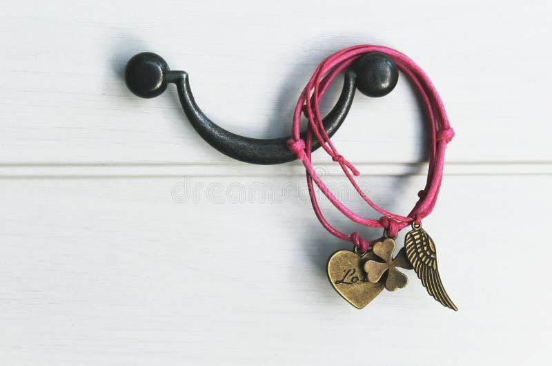 Rosa handgemachte Armbänder lizenzfreies stockfoto