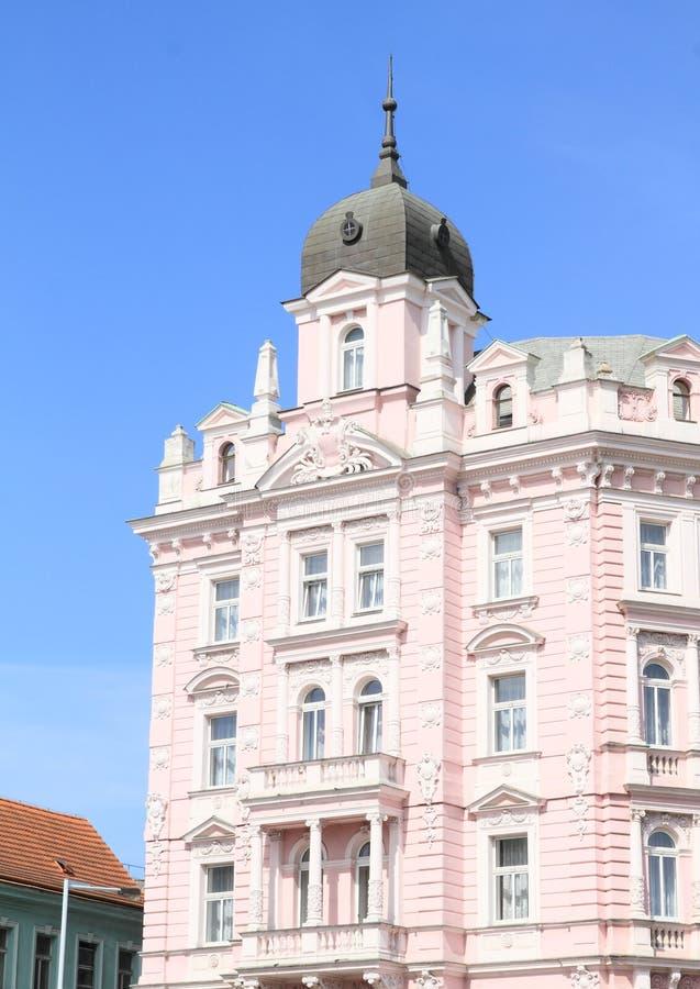 Rosa Haus mit Balkonen stockbild