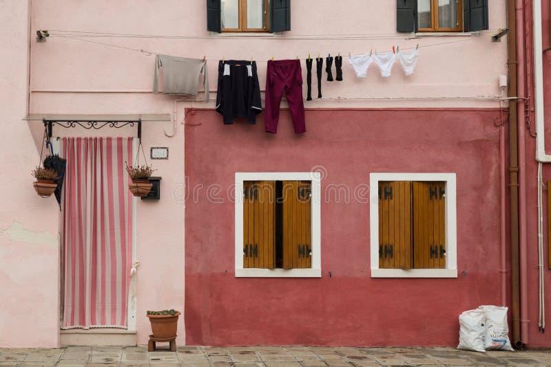 Rosa Haus mit Vorhang stockfoto