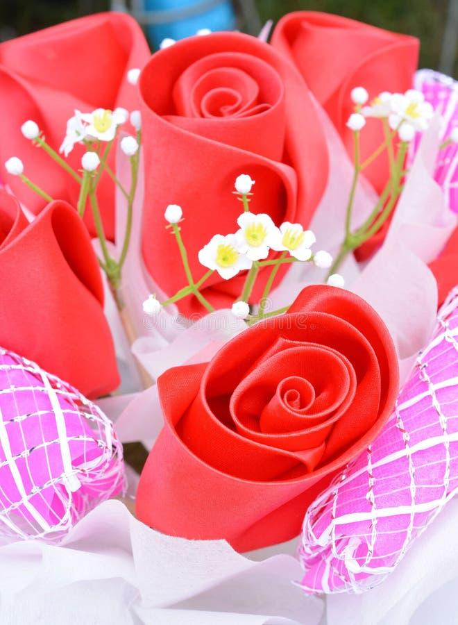 Rosa hermosa de flores artificiales fotografía de archivo