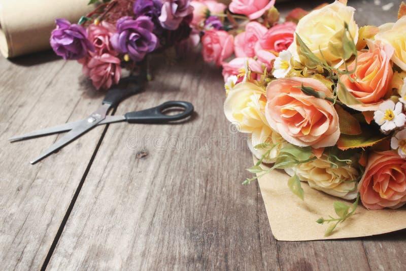 Rosa hermosa de flores artificiales foto de archivo
