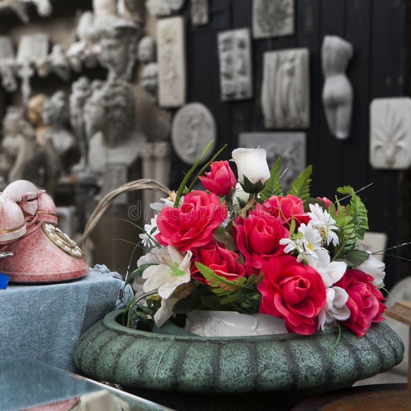 Rosa hermosa de flores artificiales y del teléfono rosado viejo con el disco imagenes de archivo