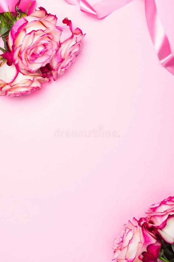 Rosa hermosa del rosa, corazones decorativos del confeti y cinta rosada en fondo rosado del día de tarjetas del día de San Valent imagen de archivo