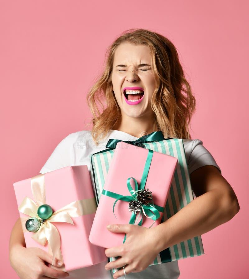 Rosa hermoso del control de la composición de la mujer y regalos verdes en colores pastel de los regalos de Navidad para la celeb fotografía de archivo