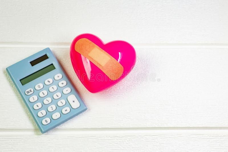 Rosa Herz auf weißem Holz für medizinischen Inhalt stockbild