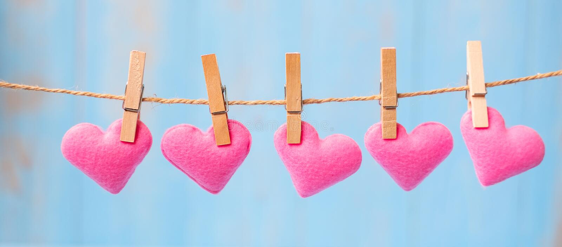 Rosa Herzformdekoration, die an der Linie mit Kopienraum für Text auf blauem hölzernem Hintergrund hängt Liebe, Hochzeit, romanti lizenzfreie stockfotografie
