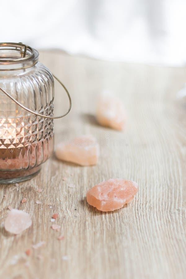 Rosa Himalayan saltar och den Glass stearinljuslampan arkivfoto