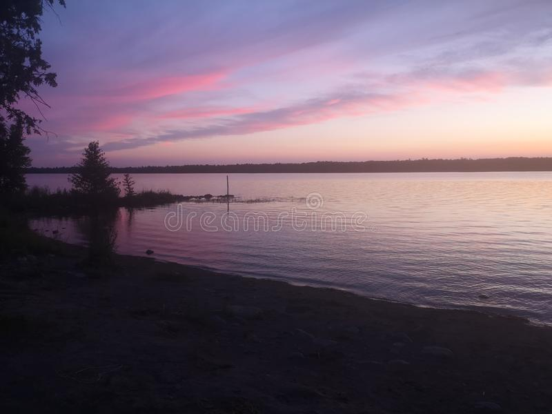 Rosa himlar på natten arkivfoto