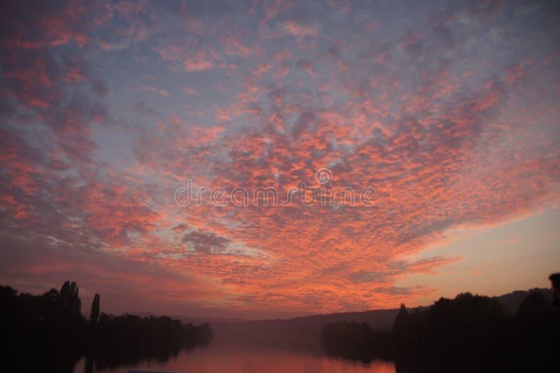 Rosa himmel över Seinen arkivfoton