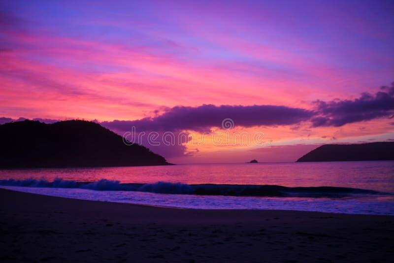 Rosa himmel på stranden fotografering för bildbyråer